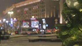 Έλατο Χριστουγέννων με τα παιχνίδια, κινηματογράφηση σε πρώτο πλάνο Από τα εορταστικά φω'τα εστίασης απόθεμα βίντεο