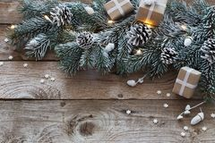 Έλατο Χριστουγέννων στο σκοτεινό ξύλινο υπόβαθρο στοκ φωτογραφίες