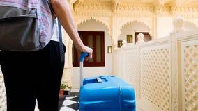 Έλεγχοι γυναικών στο ξενοδοχείο και τους ρόλους η βαλίτσα στο δωμάτιό της στοκ εικόνες με δικαίωμα ελεύθερης χρήσης