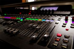 Έλεγχος αναμικτών στούντιο μουσικής Στοκ Φωτογραφία