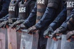 Έλεγχος αστυνομίας ταραχής το πλήθος στοκ εικόνες