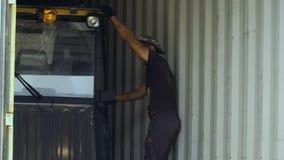 Έλεγχος εργαζομένων η διαδικασία το φορτίο από το εμπορευματοκιβώτιο απόθεμα βίντεο