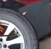 Έλεγχος πίεσης και διόγκωση της ρόδας αυτοκινήτων Στοκ Εικόνες
