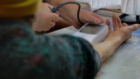 Έλεγχος πίεσης του αίματος σε μια ηλικιωμένη γυναίκα απόθεμα βίντεο