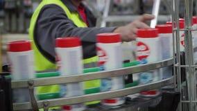 Έλεγχος ποιότητας των προϊόντων στο εργοστάσιο συνδετήρας Έλεγχοι ατόμων για τις ατέλειες στα προϊόντα Μπουκάλια στη γραμμή στη ζ απόθεμα βίντεο