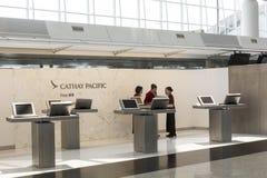 Έλεγχος πρώτης θέσης Cathay Pacific στους μετρητές Στοκ φωτογραφία με δικαίωμα ελεύθερης χρήσης