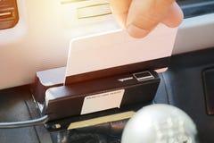 Έλεγχος ΠΣΤ του δημόσιου λεωφορείου, με τη χρησιμοποίηση μιας έξυπνης κάρτας που καταχωρεί στοκ φωτογραφίες