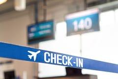 Έλεγχος στο γραφείο στον αερολιμένα στοκ φωτογραφίες με δικαίωμα ελεύθερης χρήσης