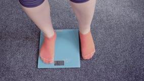 Έλεγχος του βάρους στις κλίμακες απόθεμα βίντεο
