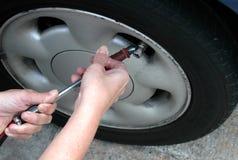 έλεγχος του ελαστικού αυτοκινήτου πίεσης Στοκ εικόνα με δικαίωμα ελεύθερης χρήσης