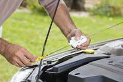 Έλεγχος του επιπέδου πετρελαίου στο αυτοκίνητο Στοκ εικόνες με δικαίωμα ελεύθερης χρήσης
