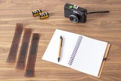Έλεγχος των εικόνων της αναλογικής κάμερας μου στοκ φωτογραφίες