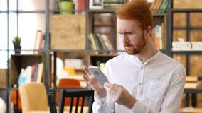 Έλεγχος των νέων σχεδίων, ηλεκτρονικά ταχυδρομεία, που κοιτάζουν βιαστικά σε Smartphone στοκ εικόνες