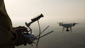Έλεγχος χεριών του πετάγματος copter στην κινηματογράφηση σε πρώτο πλάνο ηλιοβασιλέματος απόθεμα βίντεο