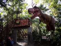 Έλξη μέσα στο νησί δεινοσαύρων στους λόγους πικ-νίκ του Clark σε Mabalacat, Pampanga στοκ εικόνες