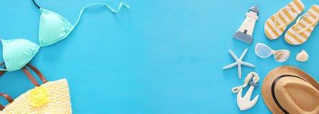 έμβλημα διακοπών και καλοκαιριού με τα αντικείμενα τρόπου ζωής θάλασσας και μπικίνι μεντών πέρα από το μπλε ξύλινο υπόβαθρο στοκ φωτογραφία με δικαίωμα ελεύθερης χρήσης