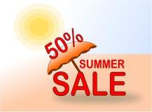 Έμβλημα θερινής πώλησης 50% με την ομπρέλα ήλιων και παραλιών ελεύθερη απεικόνιση δικαιώματος