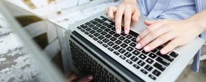 Έμβλημα ιστοχώρου των θηλυκών χεριών κινηματογραφήσεων σε πρώτο πλάνο που δακτυλογραφούν στο πληκτρολόγιο lap-top στοκ φωτογραφία με δικαίωμα ελεύθερης χρήσης