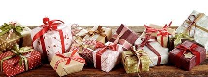 Έμβλημα πανοράματος με τα δώρα Χριστουγέννων στοκ φωτογραφία