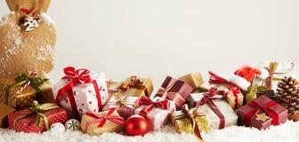 Έμβλημα πανοράματος με τα ζωηρόχρωμα δώρα Χριστουγέννων στοκ εικόνα
