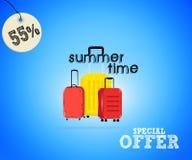 Έμβλημα προσφοράς θερινής πώλησης με την απεικόνιση των βαλιτσών ταξιδιού, στο μπλε υπόβαθρο Στοκ φωτογραφία με δικαίωμα ελεύθερης χρήσης