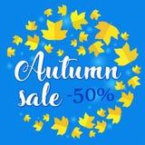 Έμβλημα πώλησης φθινοπώρου με τα φύλλα πτώσης στο μπλε υπόβαθρο Στοκ Εικόνα