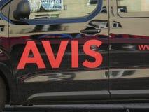 Έμβλημα της Avis σε ένα αυτοκίνητο ενοικίου στοκ φωτογραφία