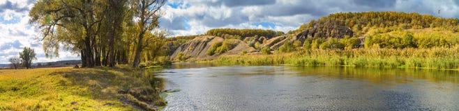 Έμβλημα τοπίων φθινοπώρου, πανόραμα - κοιλάδα ποταμών του Siverskyi Seversky Donets, ο άνεμος ποταμός πέρα από τα λιβάδια μεταξύ  στοκ εικόνα