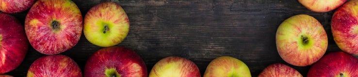 Έμβλημα των μήλων στο ξύλινο επιτραπέζιο υπόβαθρο Σκηνικό νωπών καρπών με το κενό διάστημα για το κείμενο Στοκ εικόνες με δικαίωμα ελεύθερης χρήσης