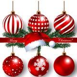 Έμβλημα Χριστουγέννων με τις ρεαλιστικά σφαίρες διακοσμήσεων & το καπέλο Santa Στοκ φωτογραφία με δικαίωμα ελεύθερης χρήσης