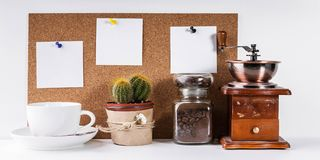 Έμβλημα χρονικών προτύπων Coffe Χειρωνακτικός μύλος καφέ, ένα βάζο των φασολιών καφέ, ένα άσπρο φλυτζάνι, ένας υπολογιστής γραφεί στοκ εικόνες με δικαίωμα ελεύθερης χρήσης