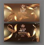 Έμβλημα VIP πρόσκλησης με τις σγουρές χρυσές κορδέλλες με το σχέδιο και το πλαίσιο κύκλων απεικόνιση αποθεμάτων
