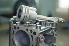 Έμβολα της μηχανής με τις συνδέοντας ράβδους Ανταλλακτικά για τη μηχανή diesel στοκ φωτογραφία