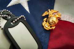 Έμβλημα αμερικανικού Στρατεύματος Πεζοναυτών, στρατιωτικές ετικέττες σκυλιών και η αμερικανική σημαία Στοκ φωτογραφία με δικαίωμα ελεύθερης χρήσης