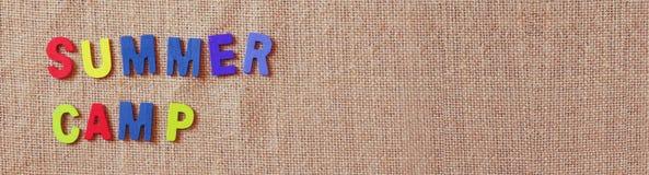 Έμβλημα ιστοχώρου των ξύλινων επιστολών με τη φράση: ΚΑΛΟΚΑΙΡΙΝΌ ΕΚΠΑΙΔΕΥΤΙΚΌ ΚΆΜΠΙΝΓΚ Στοκ εικόνα με δικαίωμα ελεύθερης χρήσης