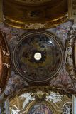 Έμβλημα περιστεριών στο κέντρο ενός όμορφου Oculus Στοκ Εικόνα