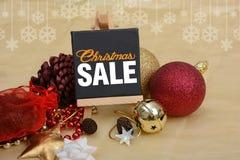 Έμβλημα πώλησης Χριστουγέννων με τις διακοσμήσεις διακοσμήσεων, πεύκο σφαιρών, κουδούνια Στοκ φωτογραφία με δικαίωμα ελεύθερης χρήσης