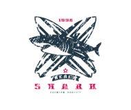 Έμβλημα σερφ καρχαριών Γραφικό σχέδιο για την μπλούζα Στοκ Εικόνες