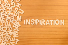 Έμπνευση λέξης που γίνεται με τις ξύλινες επιστολές φραγμών στοκ φωτογραφίες