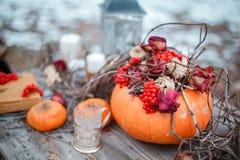 Έμπνευση αποκριών ζωή φθινοπώρου ακόμα κολοκύθα, ξηρά τριαντάφυλλα, κέικ μελιού viburnum σε ένα βάζο κλαδίσκοι Στον πίνακα Στοκ Φωτογραφία