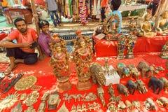Έμποροι αγοράς που πωλούν τα εκλεκτής ποιότητας αναμνηστικά και τα νέα έργα τέχνης από τα ασιατικά jewelers και artisans Στοκ φωτογραφίες με δικαίωμα ελεύθερης χρήσης