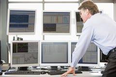 Έμπορος αποθεμάτων που εξετάζει τους μηνύτορες υπολογιστών Στοκ Εικόνες