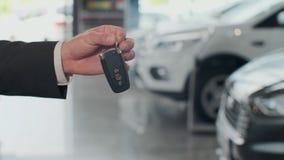 Έμπορος αυτοκινήτων που δίνει τα κλειδιά σε έναν πελάτη ενάντια στα αυτοκίνητα που σταθμεύουν φιλμ μικρού μήκους