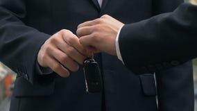Έμπορος αυτοκινήτων που δίνει τα κλειδιά στον αρσενικό αγοραστή, επιτυχής συμφωνία αντιπροσώπων, αγορά απόθεμα βίντεο