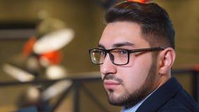 Έμπορος νεαρών άνδρων πορτρέτου με μια γενειάδα στα γυαλιά στον καφέ Στοκ εικόνες με δικαίωμα ελεύθερης χρήσης