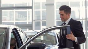 Έμπορος οχημάτων που παρουσιάζει νέο αυτοκίνητο απόθεμα βίντεο