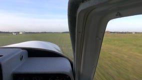 Έναρξη αθλητικών αεροσκαφών στην πτήση στο αεροδρόμιο απόθεμα βίντεο