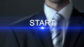 Έναρξη, επιχειρηματίας στο επίσημο κοστούμι σχετικά με την οθόνη, πρώτα βήματα, αρχή απόθεμα βίντεο