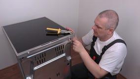 Έναρξη ηλεκτρολόγων που καθορίζει την οπίσθια κάλυψη της ηλεκτρικής κουζίνας φιλμ μικρού μήκους