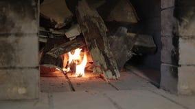Έναρξη καυσόξυλου για να καψει σε έναν φούρνο τούβλου απόθεμα βίντεο